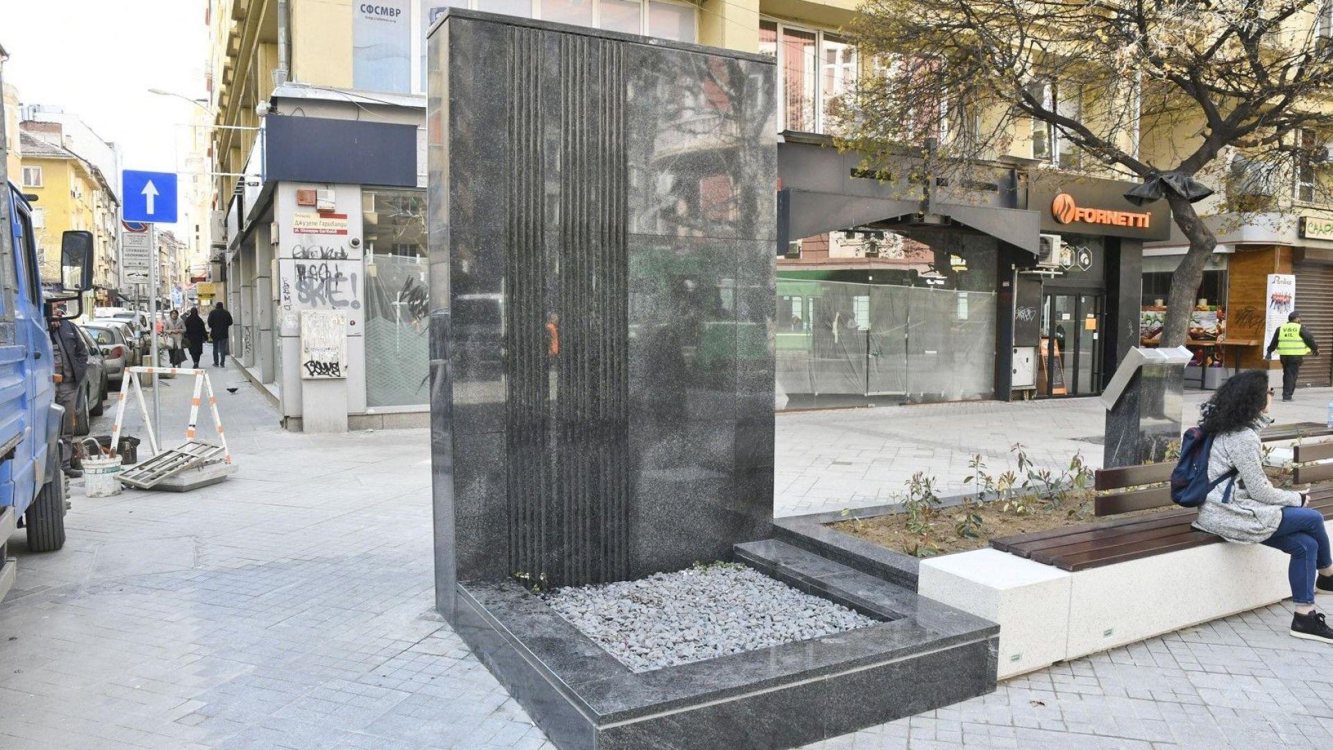 """Фандъкова: Общината няма да плаща демонтажа на """"стената"""" от площад """"Гарибалди"""""""