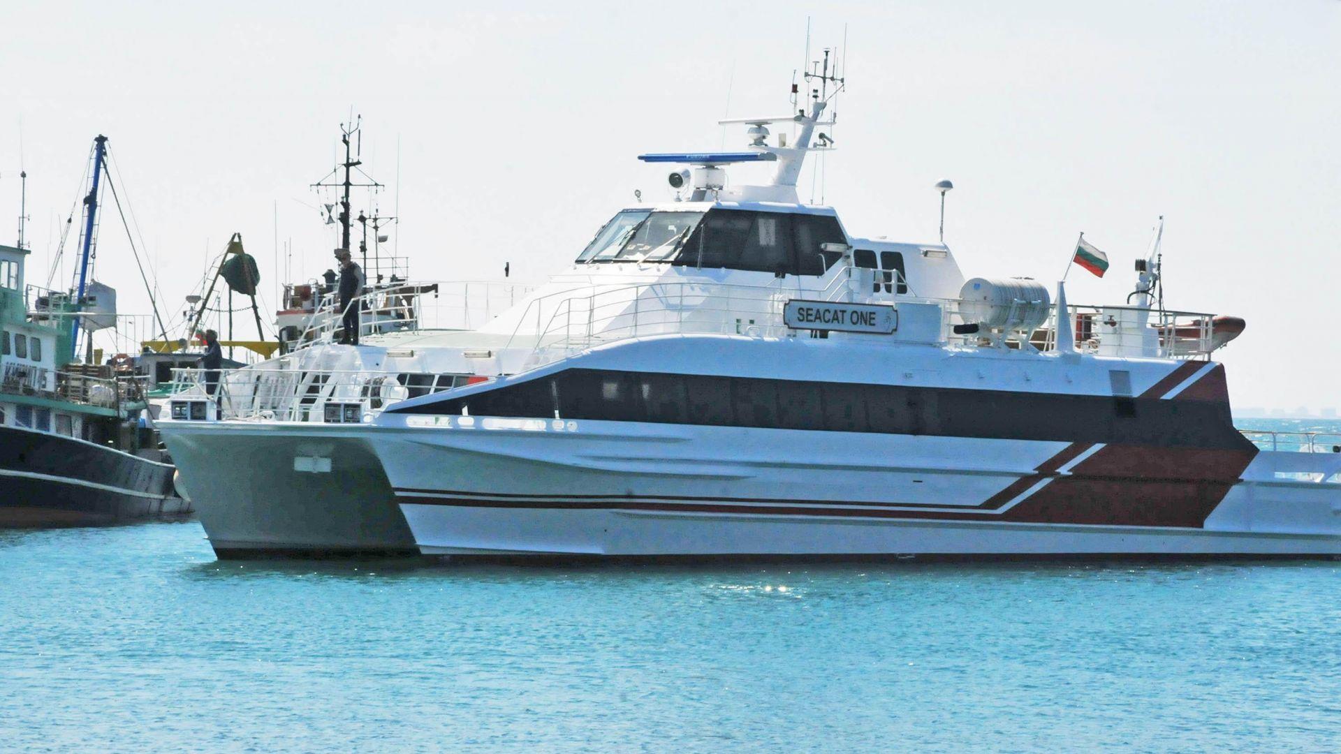 Пасажерски катамаран акостира в пристанището на Несебър (снимки)