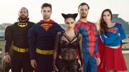 Отидете на пътешествие с FREAK SHOW-то на Ованес Торосян и супергероите му