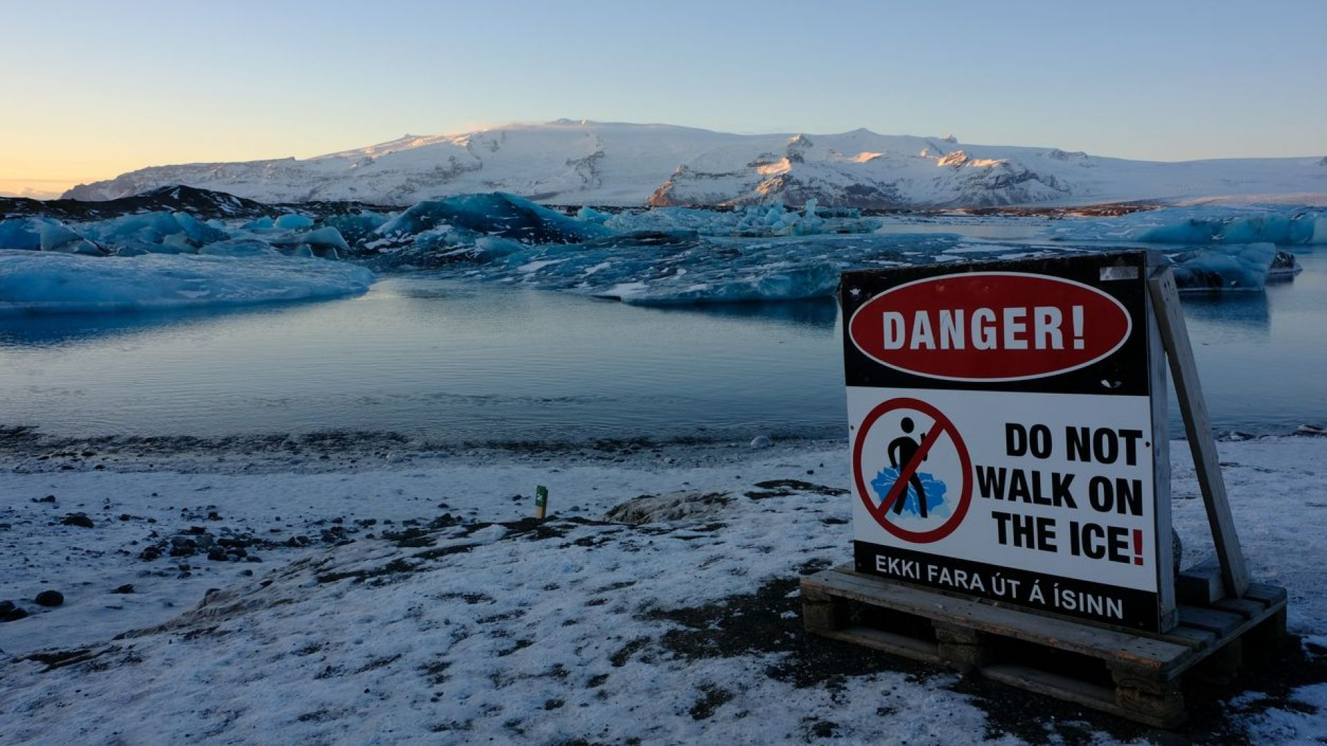 Туристи на косъм от смъртта при разрушаване на исландски ледник (видео)