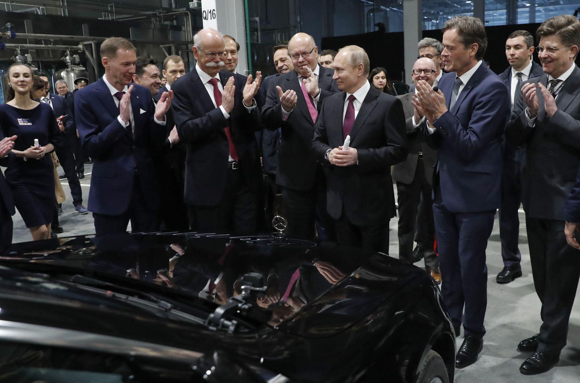 """Путин се подписва върху един от първите """"руски"""" Mercedes-и"""