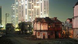 Фотограф ни показва две версии на мегаполиса Шанхай