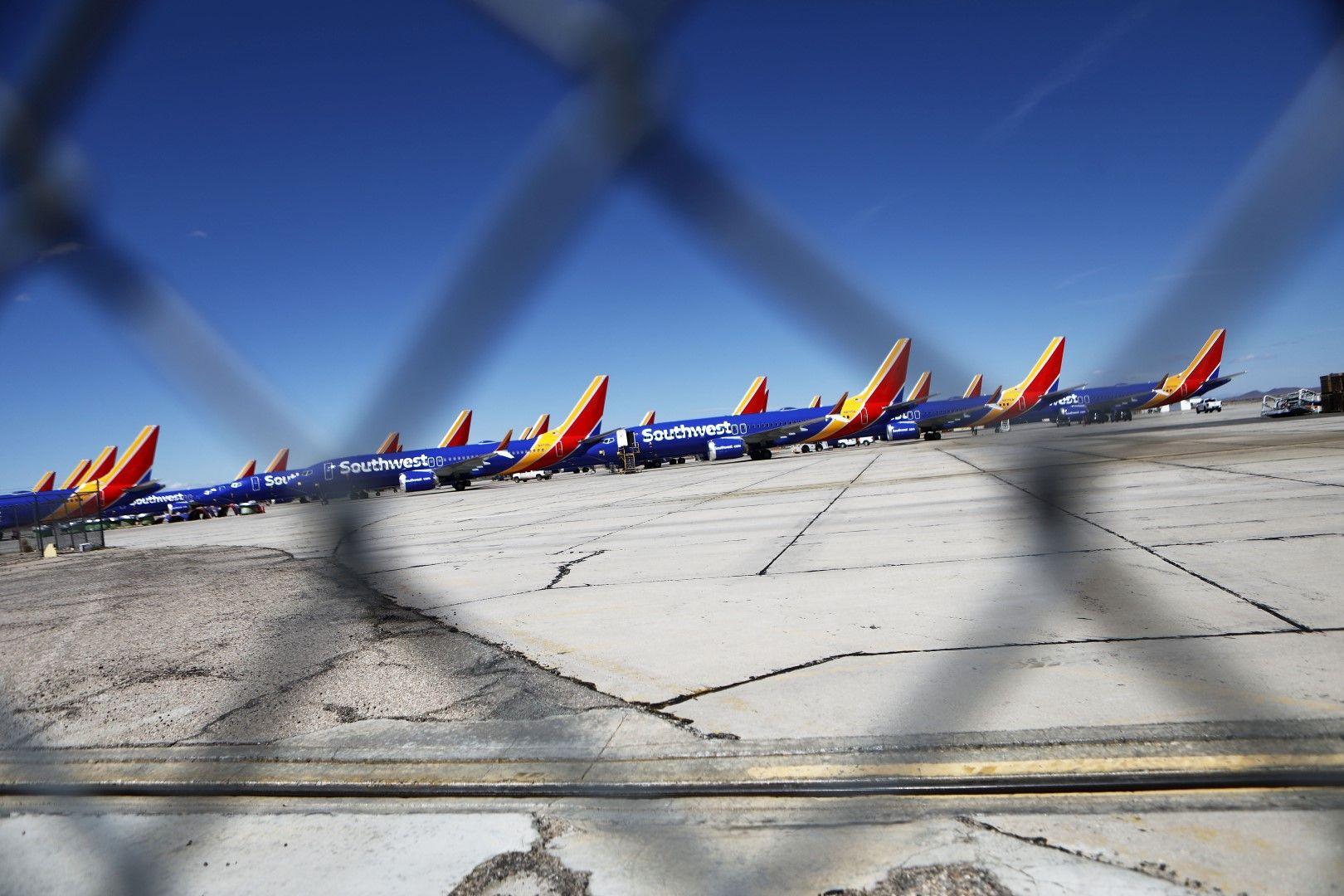 Стотици самолети Боинг 737 МАКС са приземени
