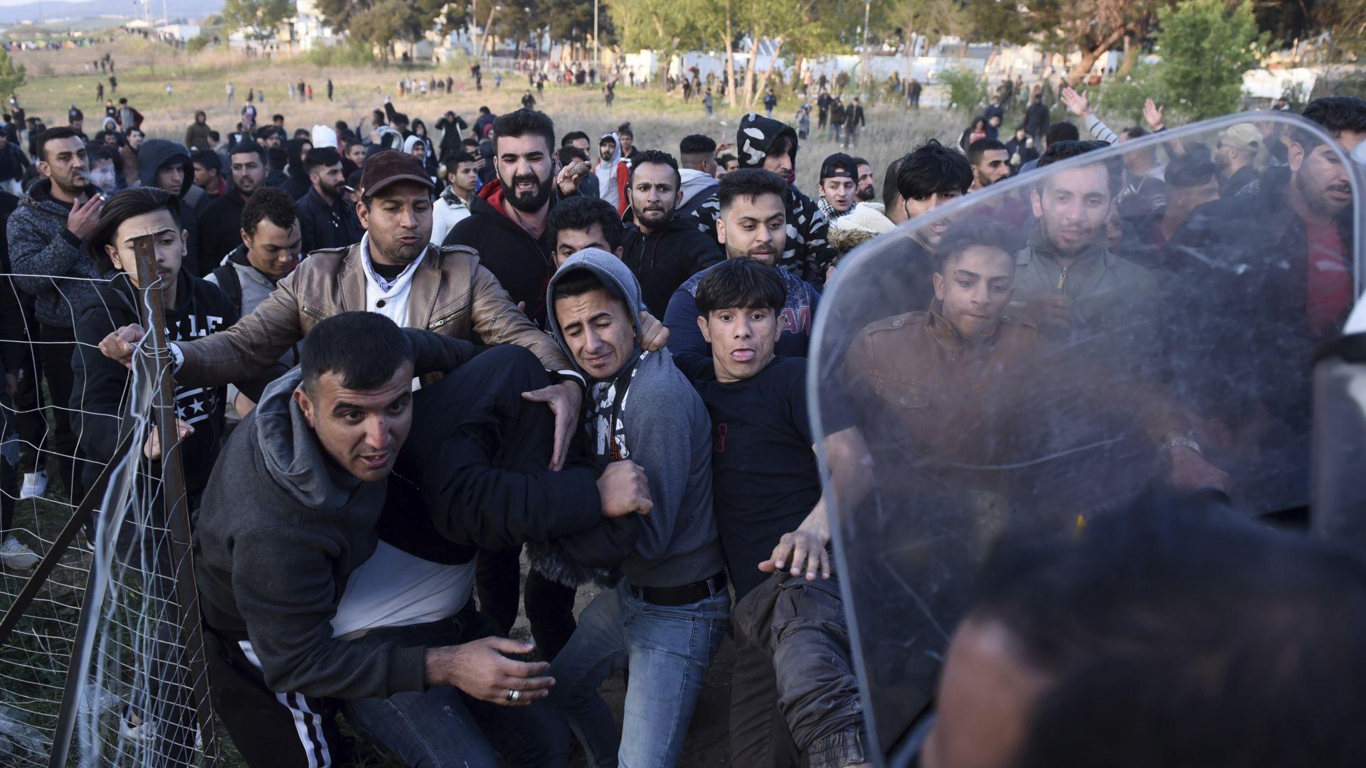 Над 1000 бежанци напуснаха лагер край Солун и пробиват на север