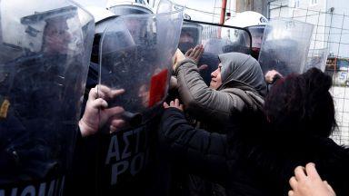 Газ и шокови гранати срещу мигрантите, тръгнали от Солун към С. Македония