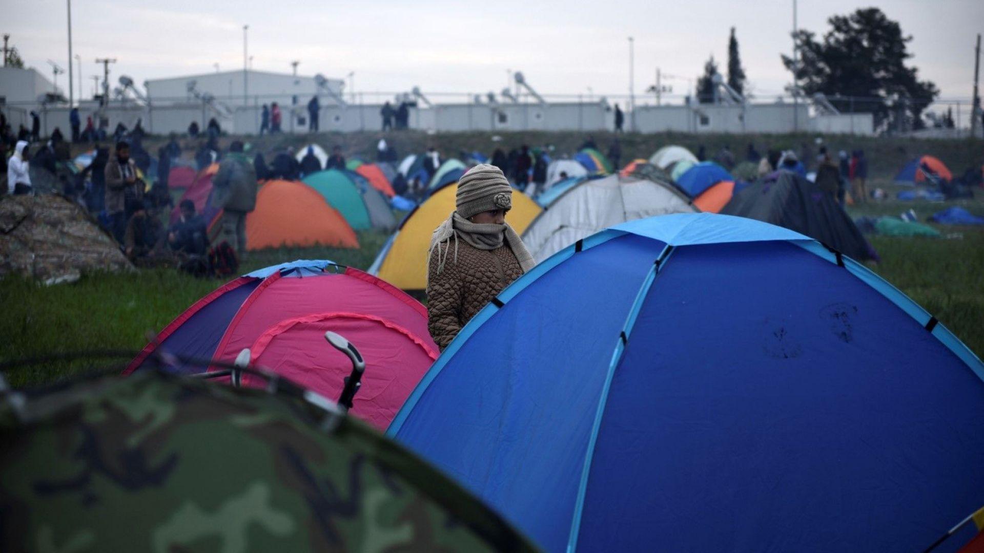 Гърци блокираха с тежка техника пътя към строящ се бежански лагер