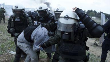 Сблъсъци с камъни между мигранти и полицията край Солун