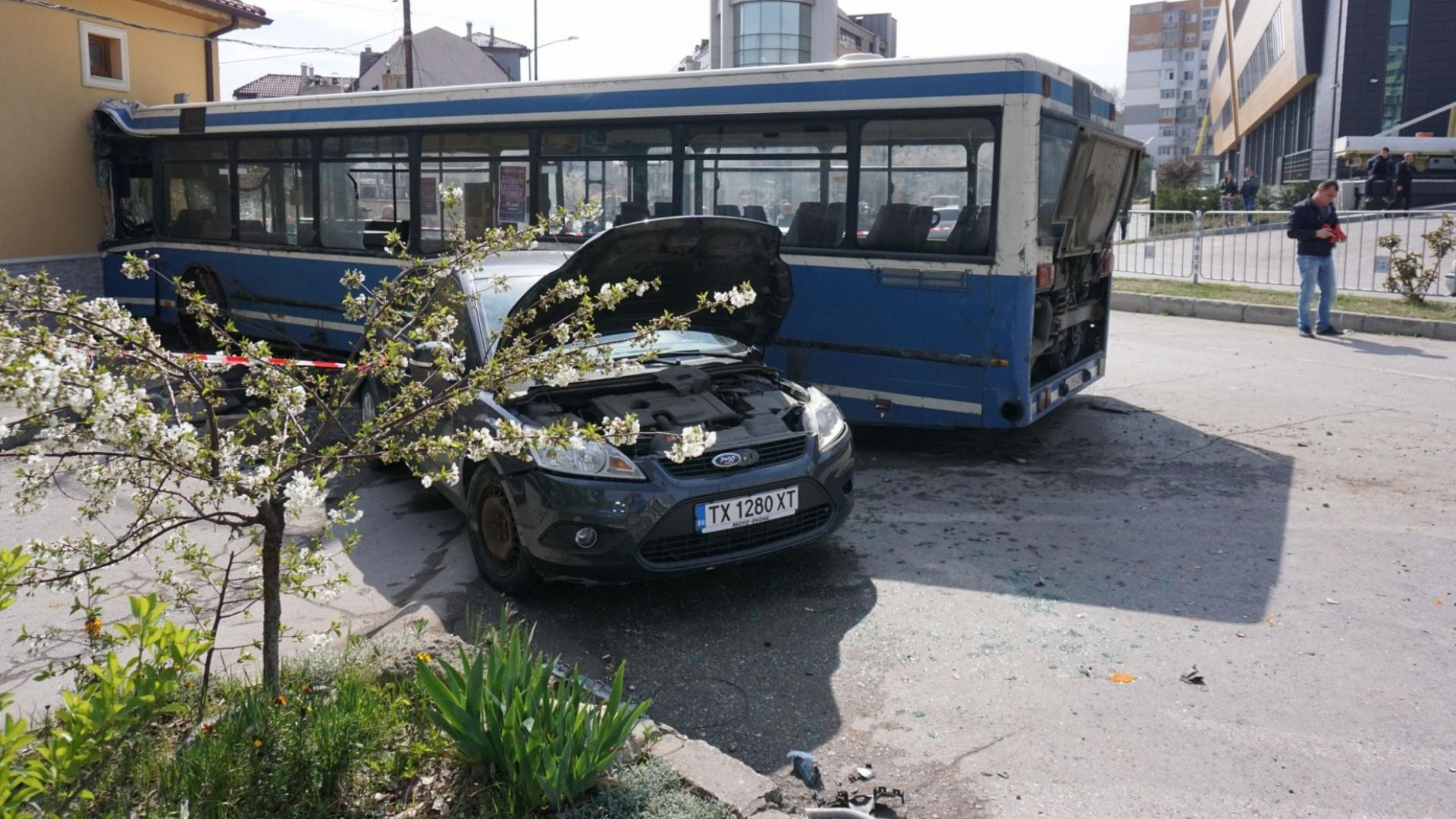 10 пострадали при удара на градски автобус в къща, 5 от тях са деца