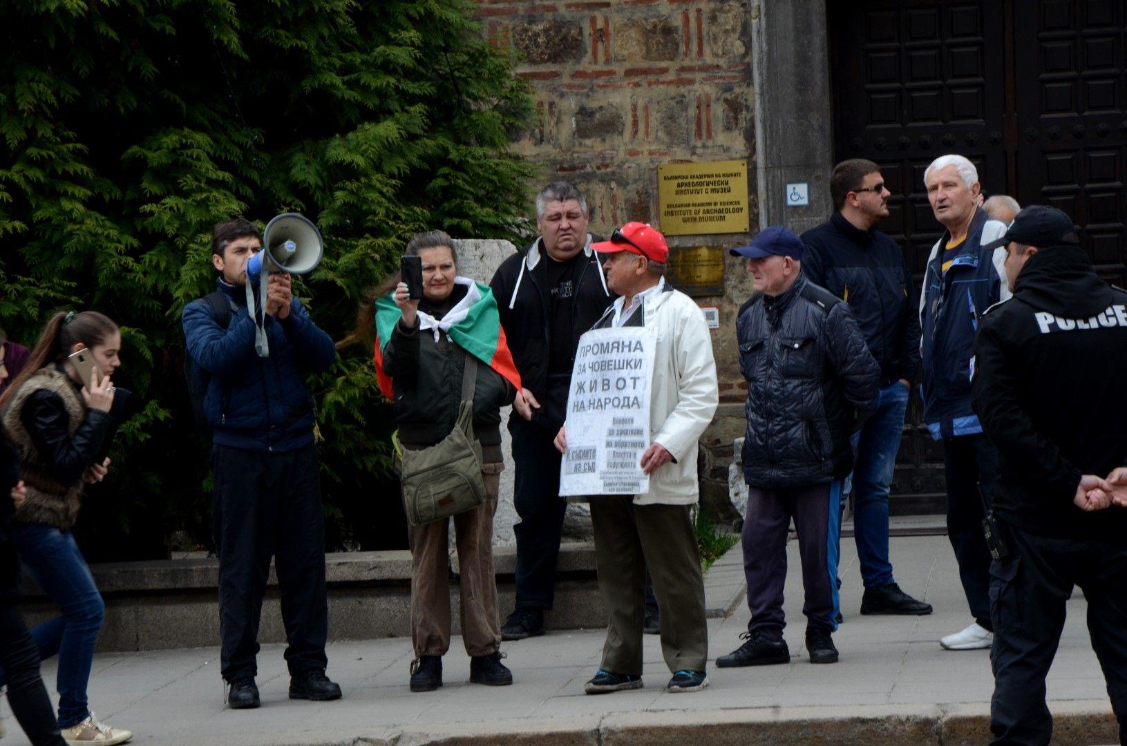 Малко протестиращи се събраха пред президентството по време на заседанието на КСНС