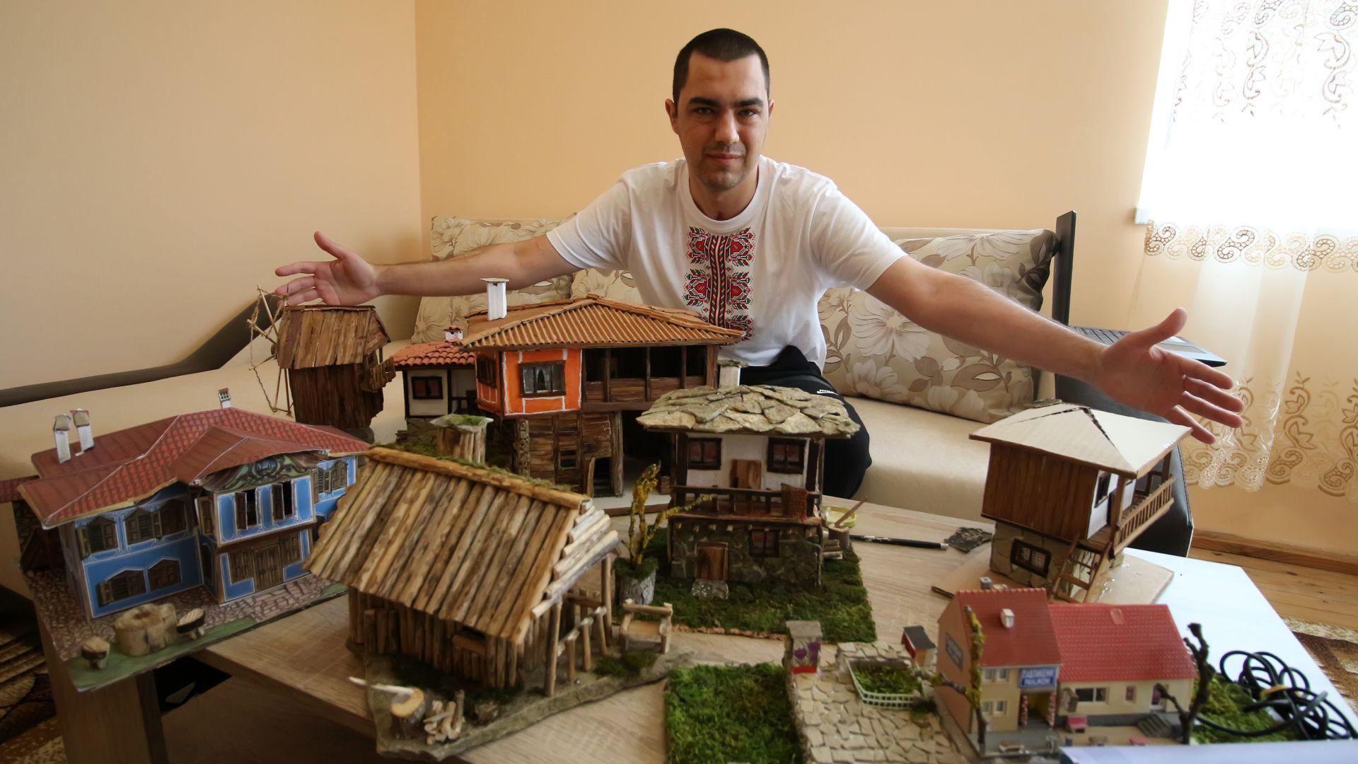Снимка: Млад мъж от Стамболово твори макети на възрожденски сгради
