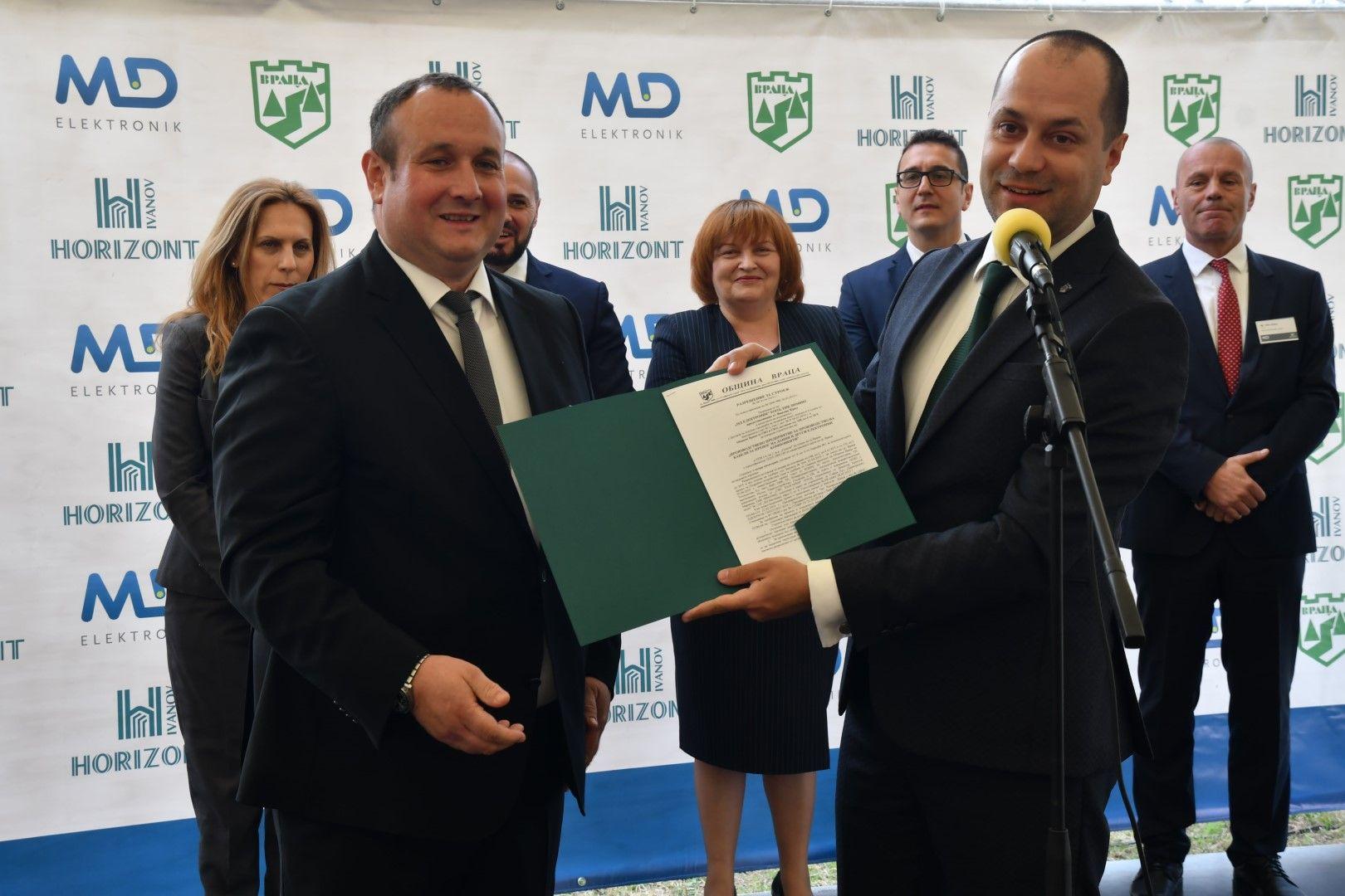 Кметът Калин Каменов (вдясно) връчи разрешителното за строеж на завода на изпълнителния директор Роберт Хофман