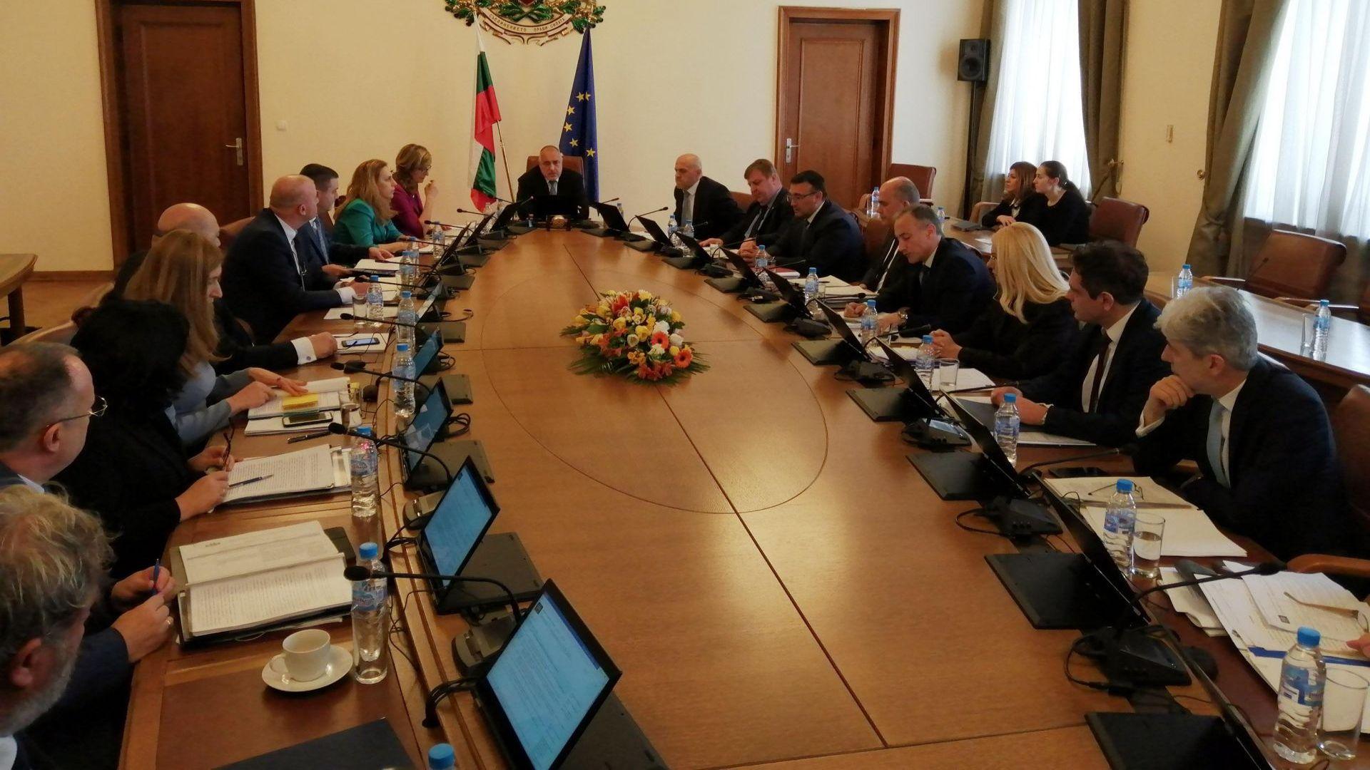 От доста време в България срещу законното правителство тече пълзящ