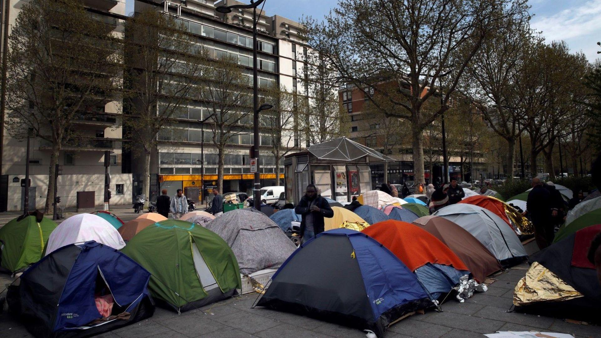 Мигранти се сбиха в лагер в Париж, има ранени