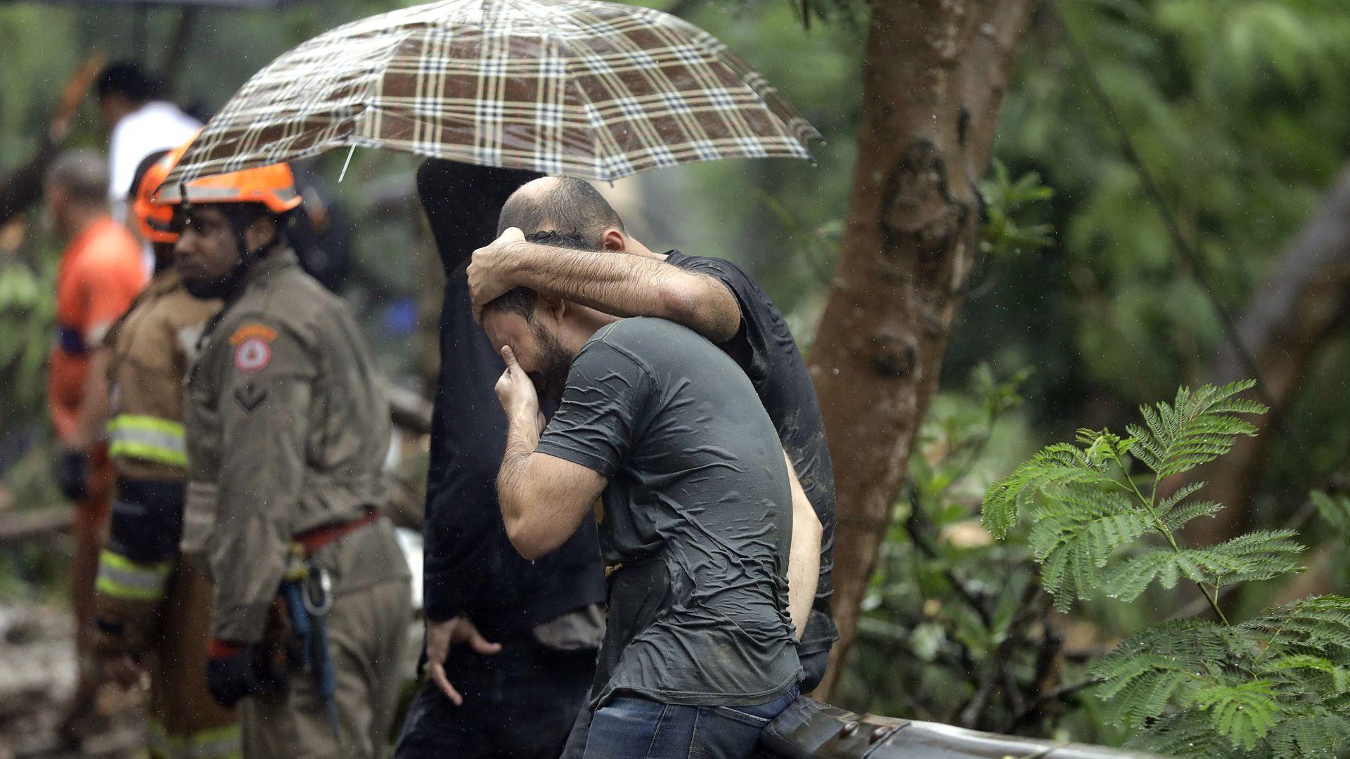 Порой в Рио де Жанейро отнесе коли, изкорени дървета, има жертви (снимки)