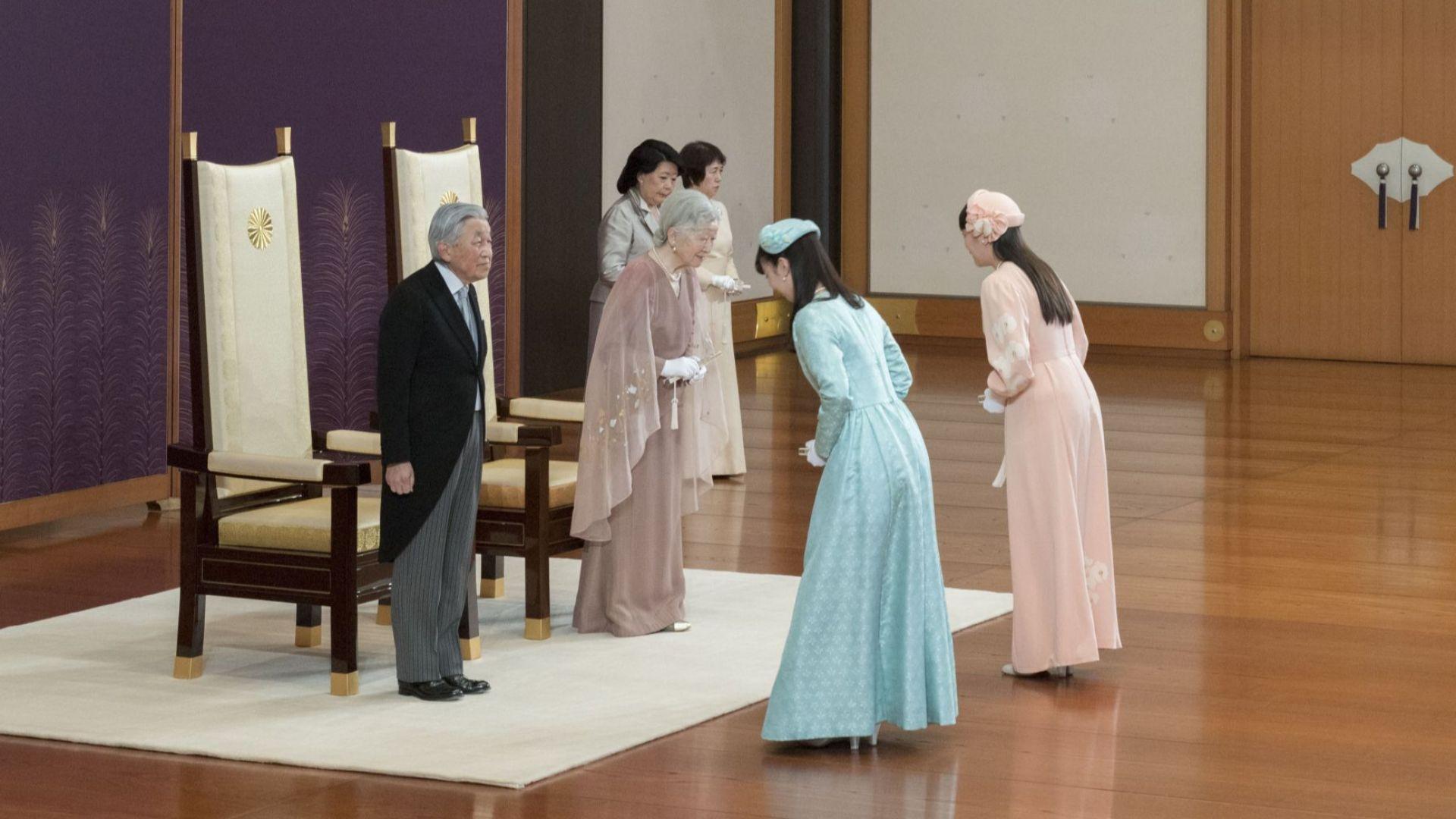 Принцеса Мако и принцеса Како отдават почит на император Акихито и императрица Мичико за 60-годишнината от сватбата им