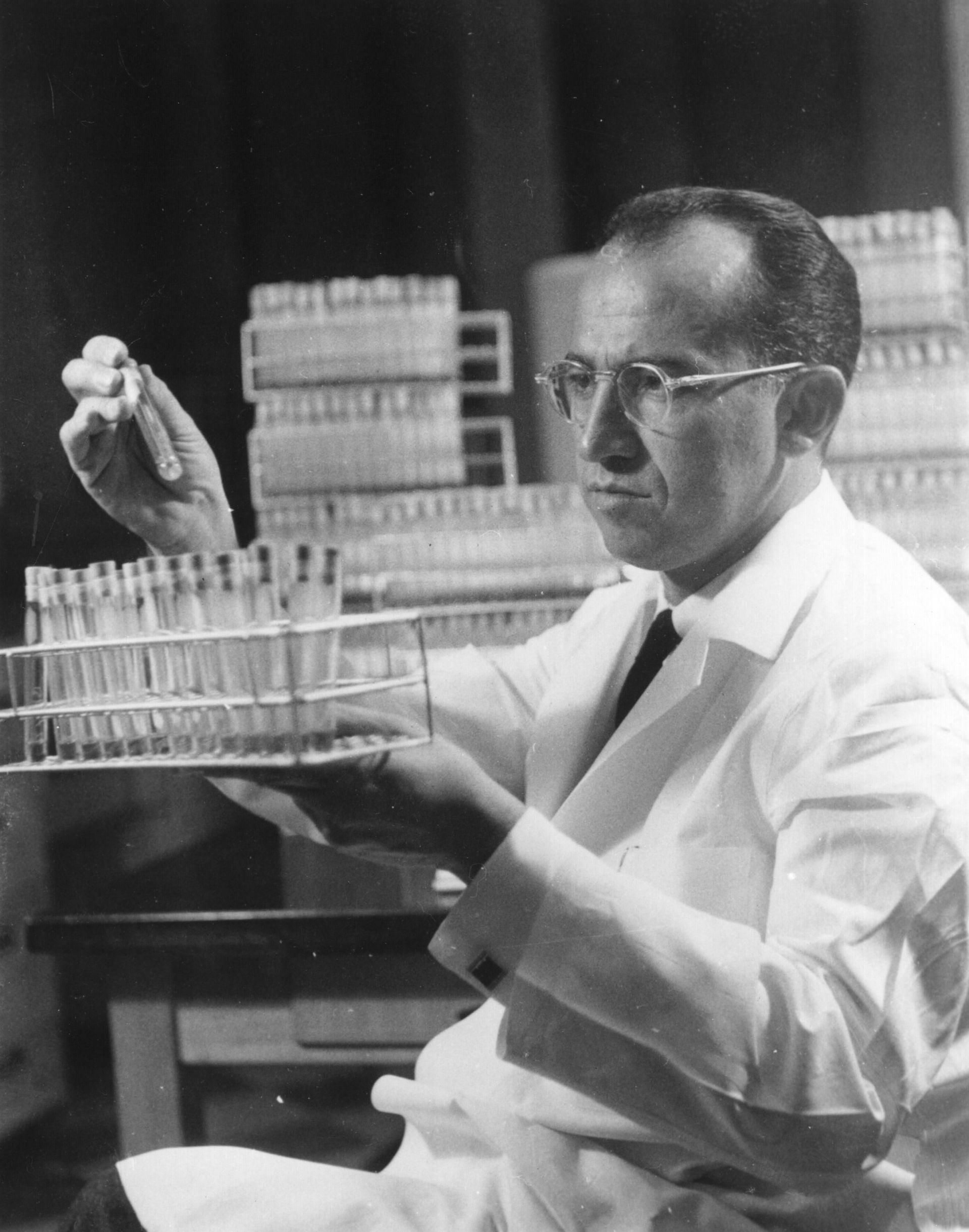 Лекарят толкова е вярвал в работата си, че експериментира ваксината върху себе си, жена си и трите им деца