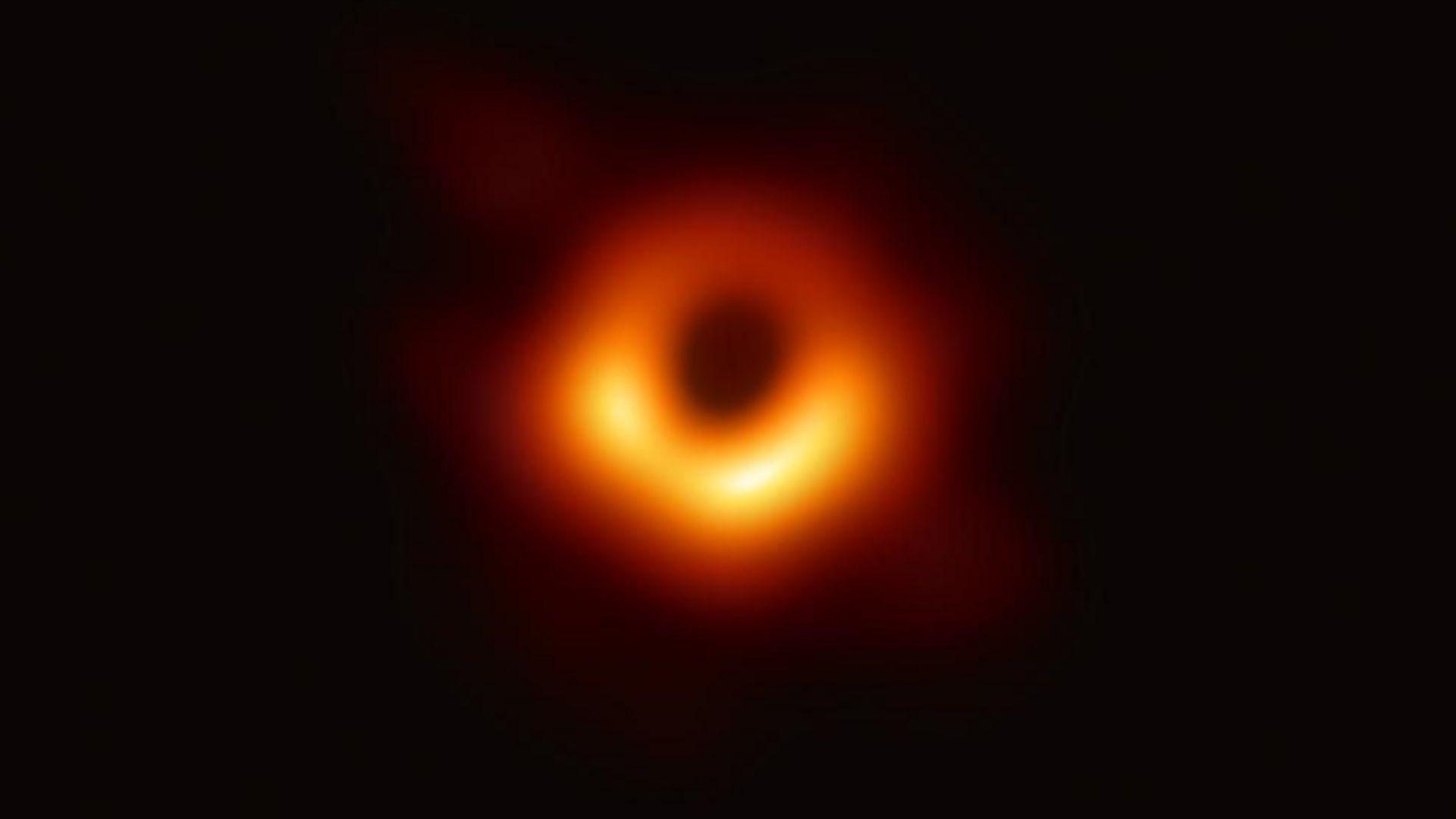 Първата снимка на черна дупка вече е факт
