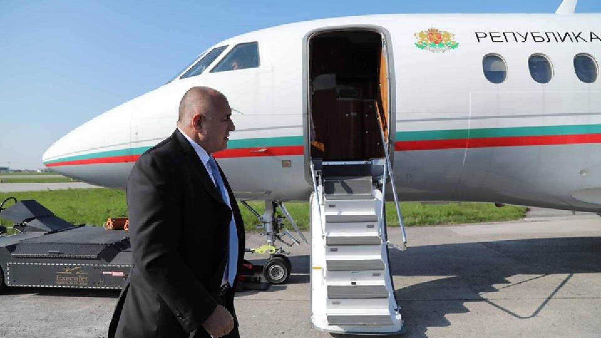 """Самолетът на премиера спука гума при кацане в Брюксел, пилотите """"спасили"""" положението"""