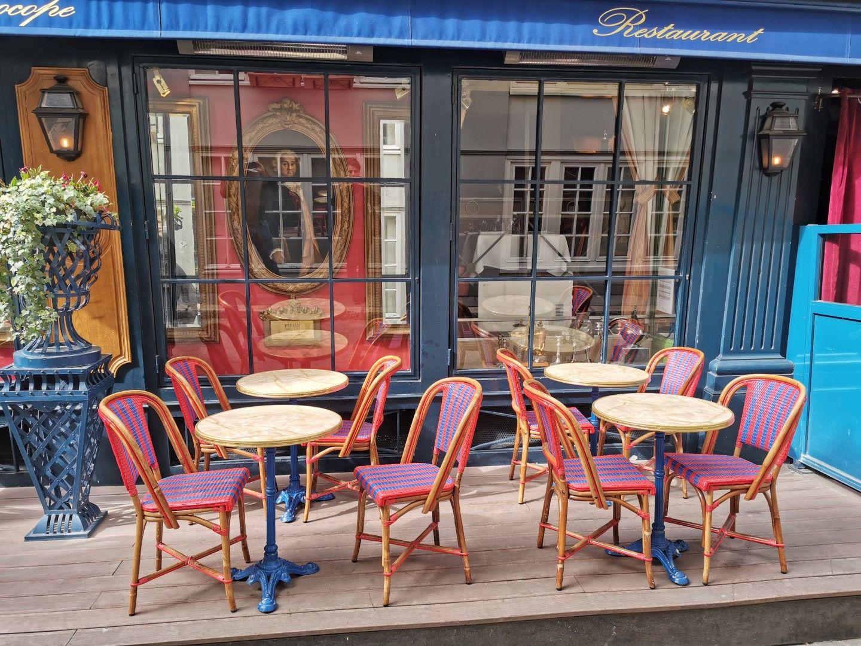 Култовият кафе-ресторант Le Procope. Камерата на Huawei P30 Prо създава ярки цветове при чудесен топлинен баланс на изображенията, което е добра основа за създаването на арт-композиции с едно докосване на екрана