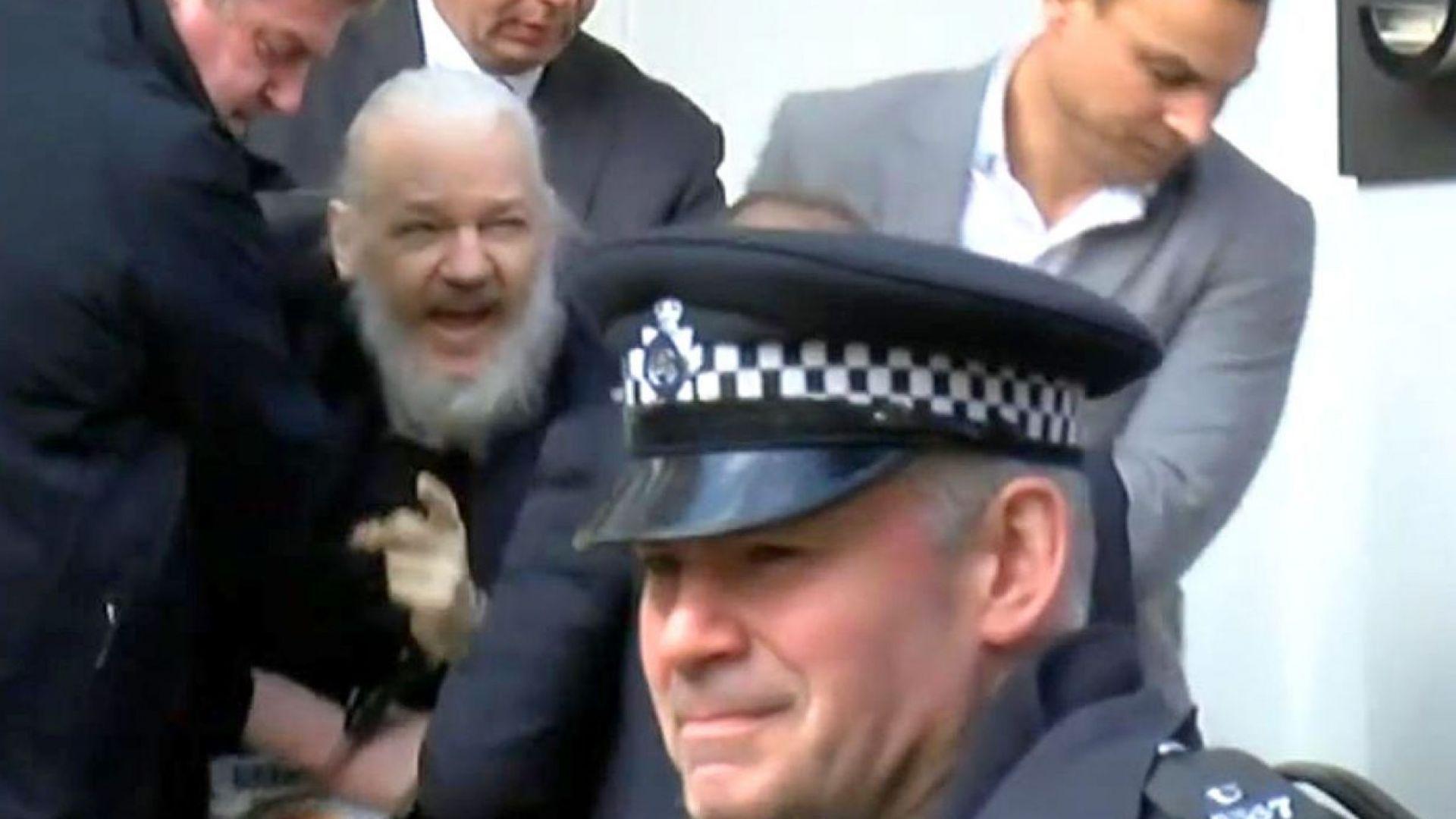 Джулиан Асанж по време на арестуването му