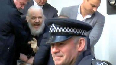 Арестуваха неузнаваемия Джулиан Асанж в посолството на Еквадор в Лондон (видео)