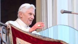 Папа Бенедикт XVI е тежко болен, написал завещание