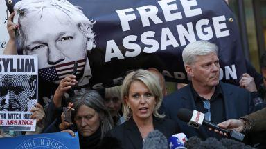 Британски съд призна Асанж за виновен, грози го година затвор (снимки)
