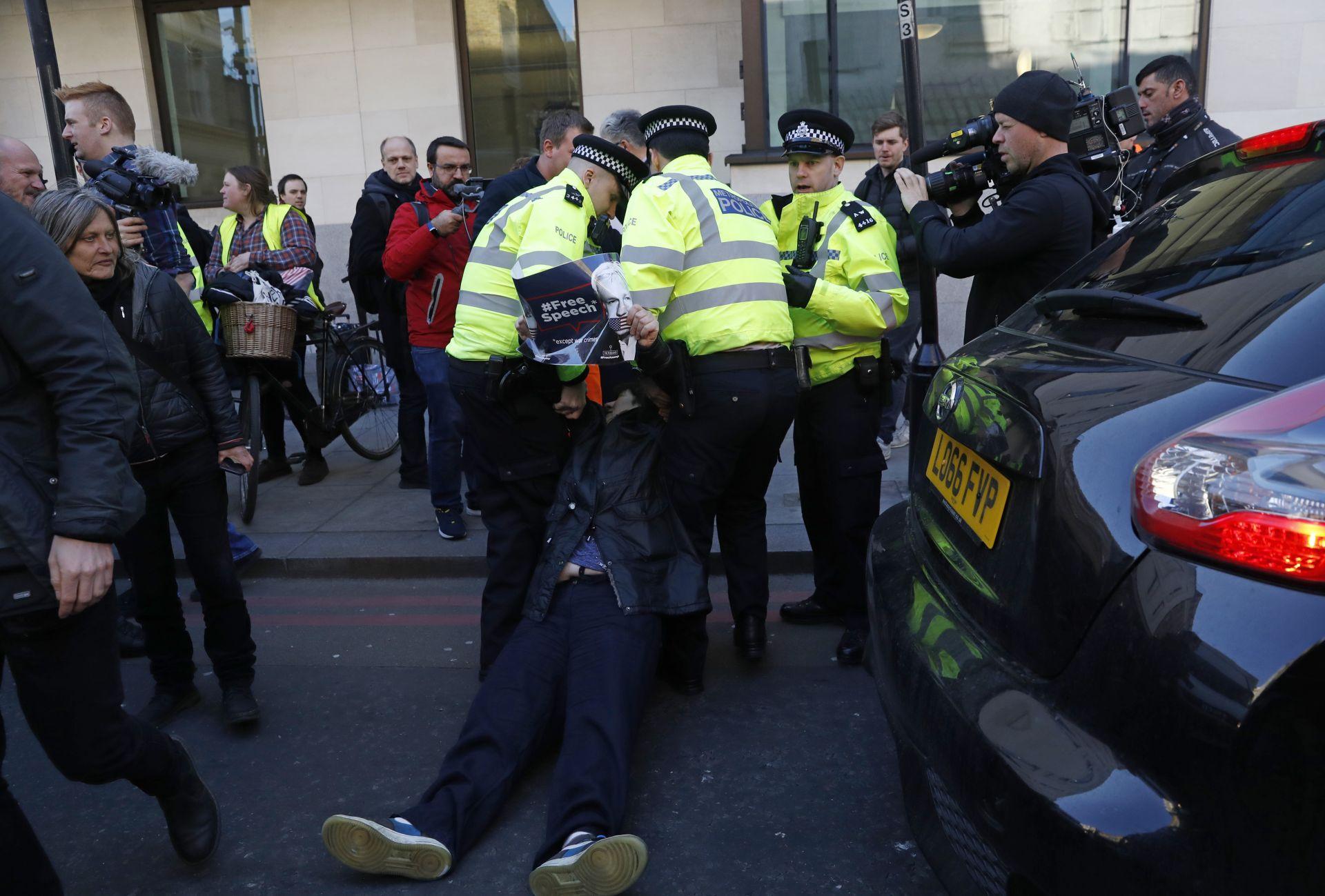 Полицията обаче го задържа...