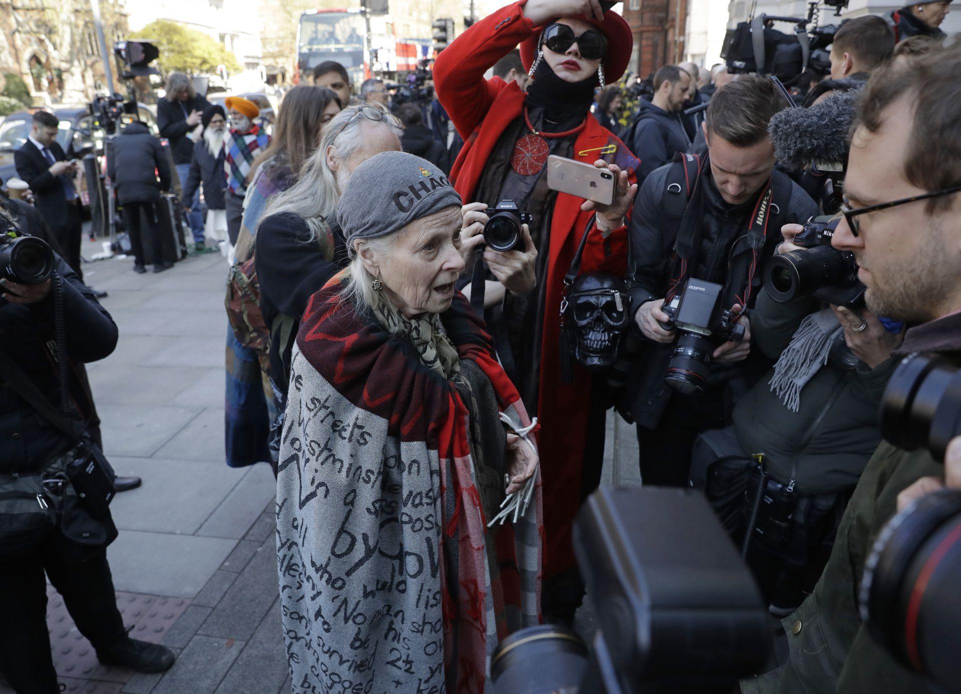 Известната дизайнерка Вивиан Уестууд също дойде да защити Асанж