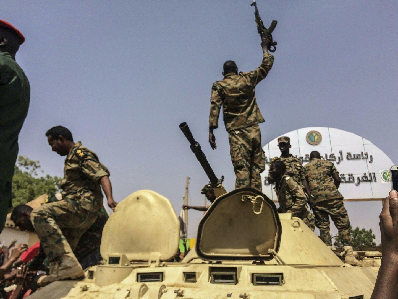 Военните се радват, след завзеха властта в Судан