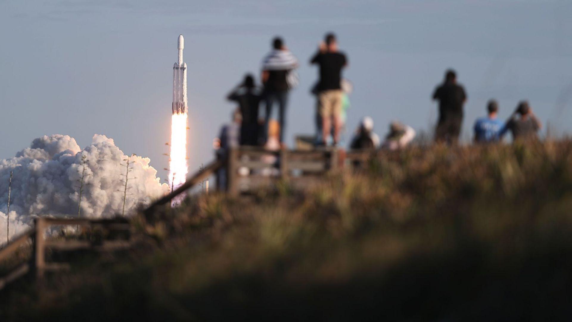 Нов космически успех на Илон Мъск с най-мощната ракета в света