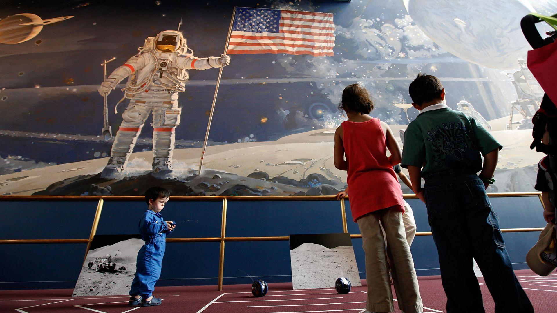 Роскосмос заподозря американската армия в тайни експерименти на Луната