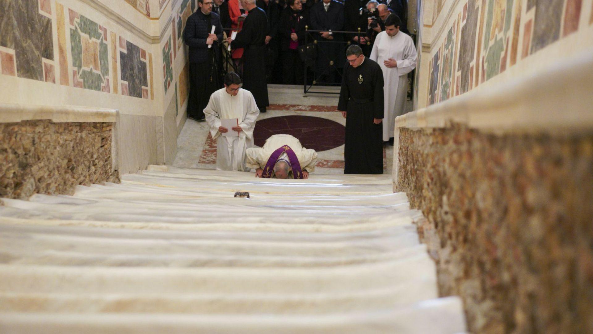 За първи път от 3 века: Отвориха Светите стъпала, по които е преминал Христос