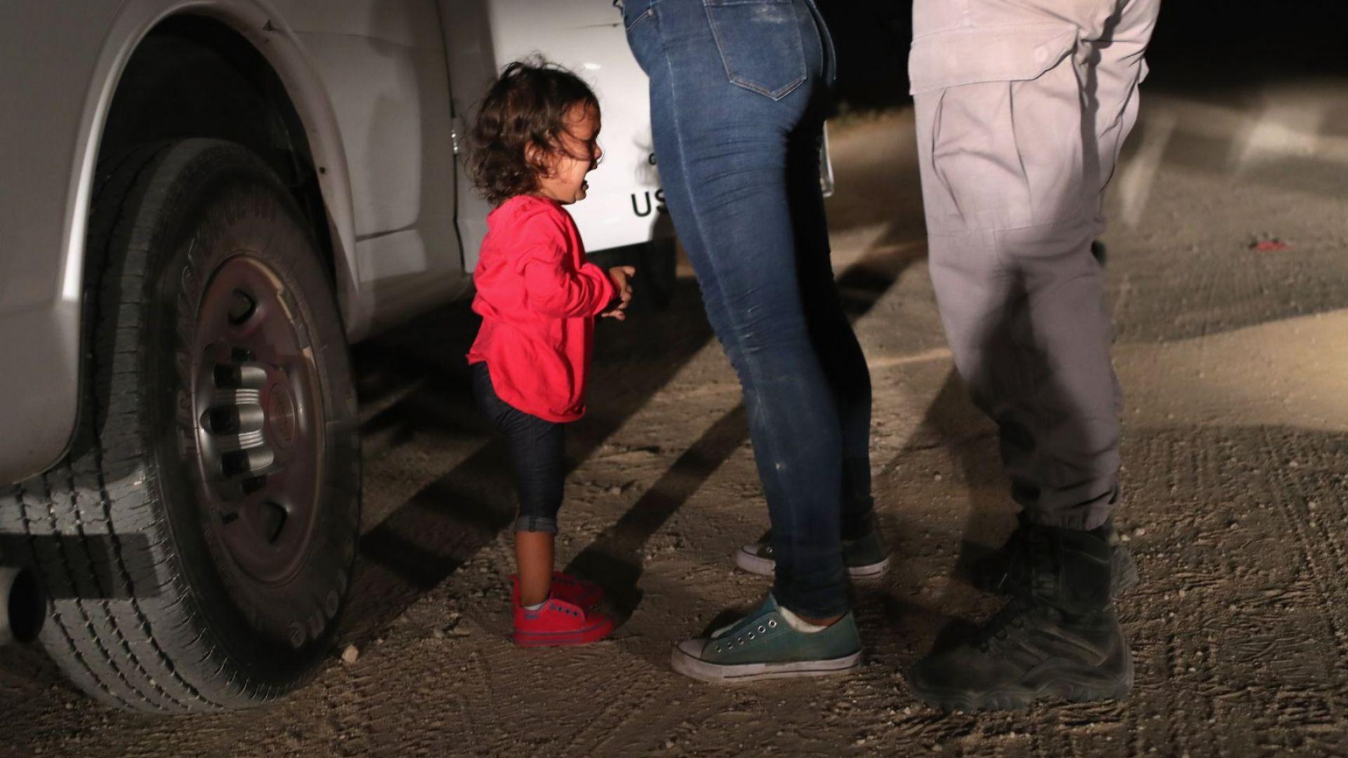 Снимка на хондураско дете, плачещо докато американски граничен патрул претърсва