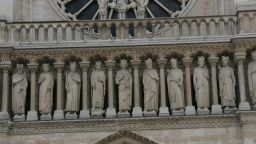 """Свалиха статуите от покрива на """"Нотр Дам"""" за първи път от 100 години"""