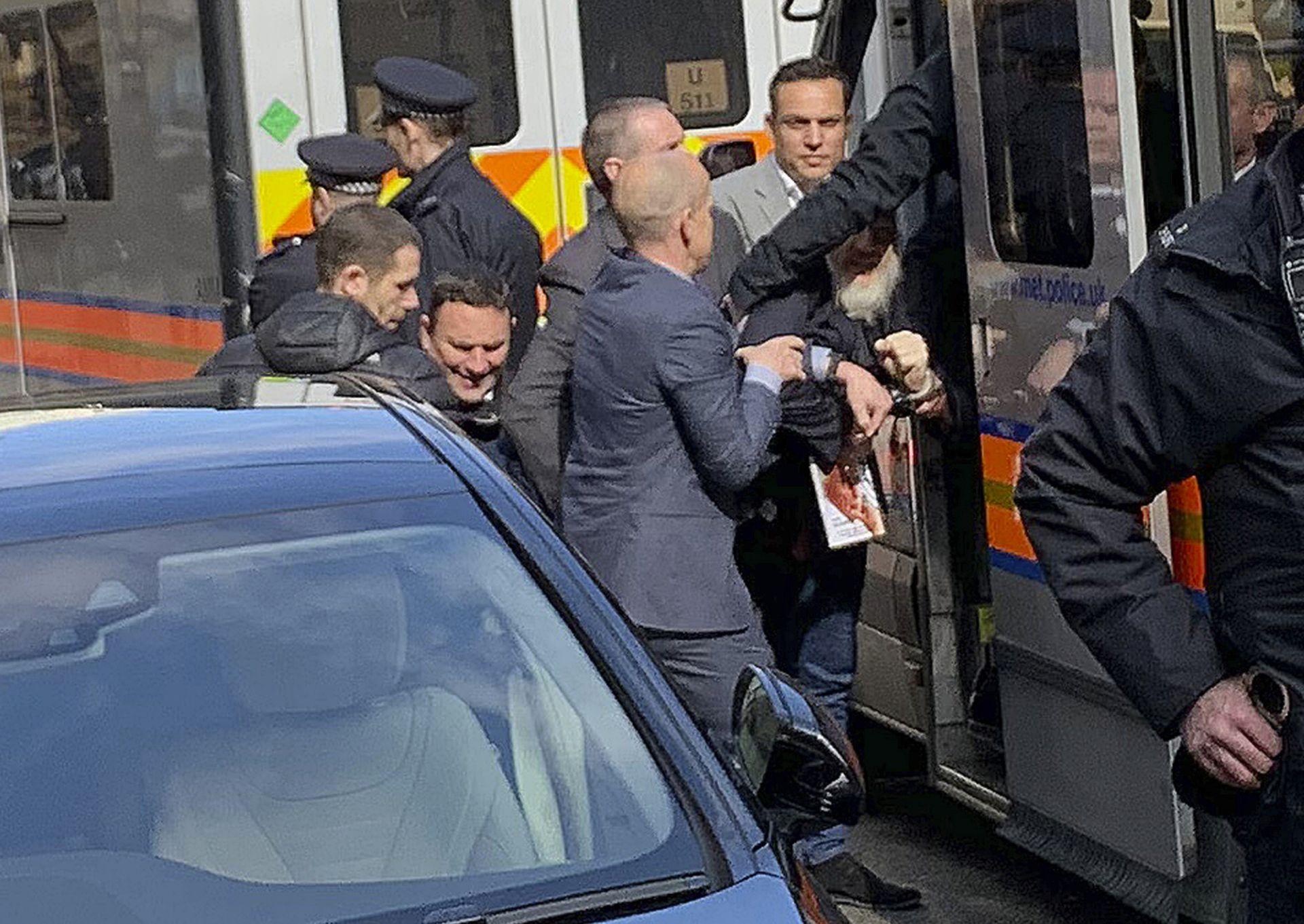 Кадър от ареста на Асандж - когато го извеждат от британското посолство и го вкарват в полицейски ван