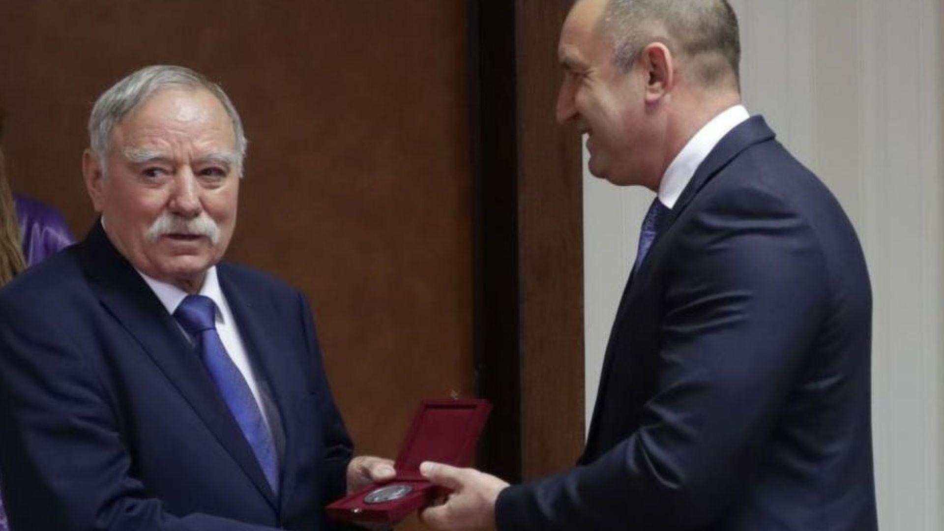 Първият български космонавт получи почетния знак на президента (снимки)