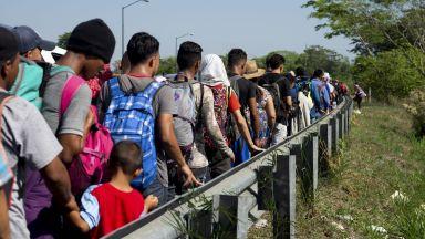 Стотици мигранти разбиха граничен портал и нахлуха в Мексико