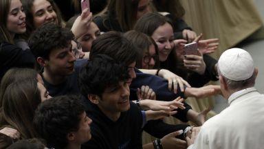 Папа Франциск към младите: Моля ви, вдигнете глави от мобилните телефони