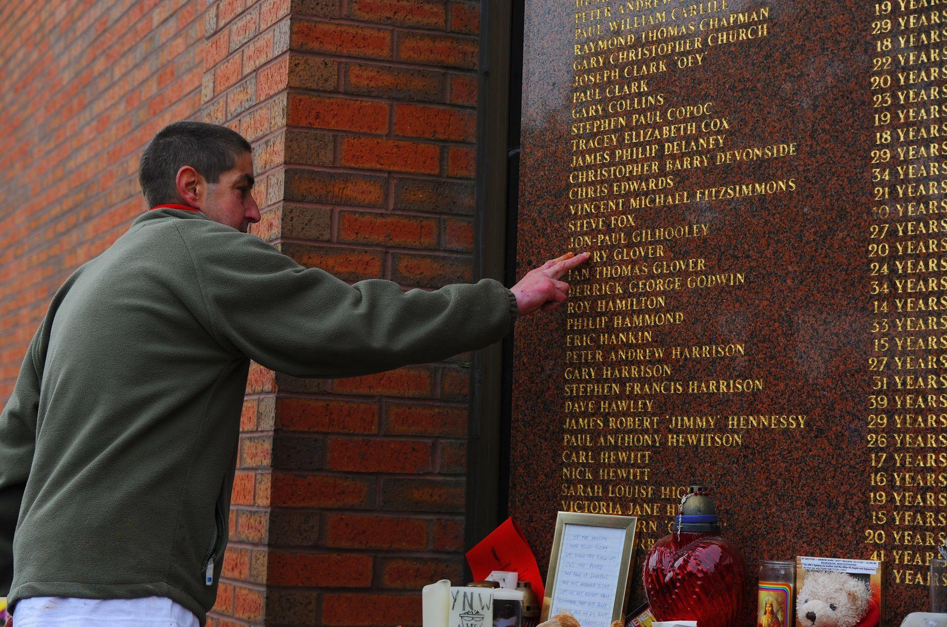 """Мемориалът на """"Анфийлд"""" с имената на загиналите"""