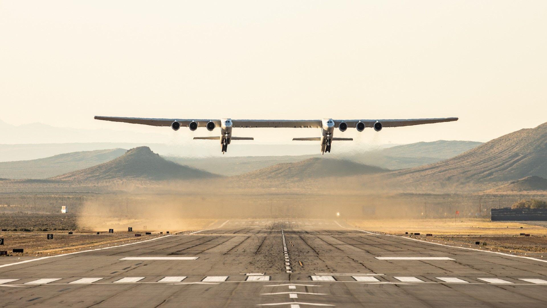 Първи полет: Най-големият самолет разви скорост от 304 км/час и се издигна до 5.1 км (видео)