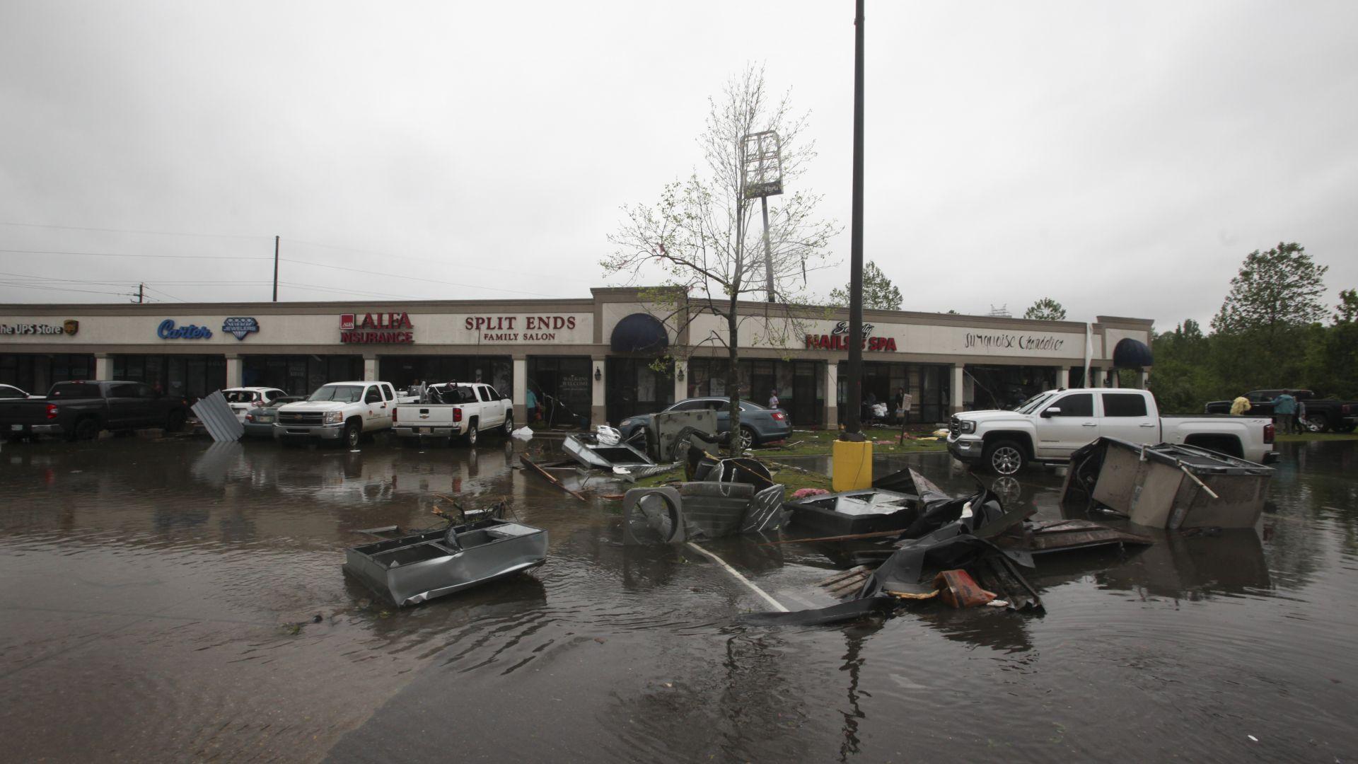 Торнадо уби осем души в южните щати Тексас и Луизина (снимки)