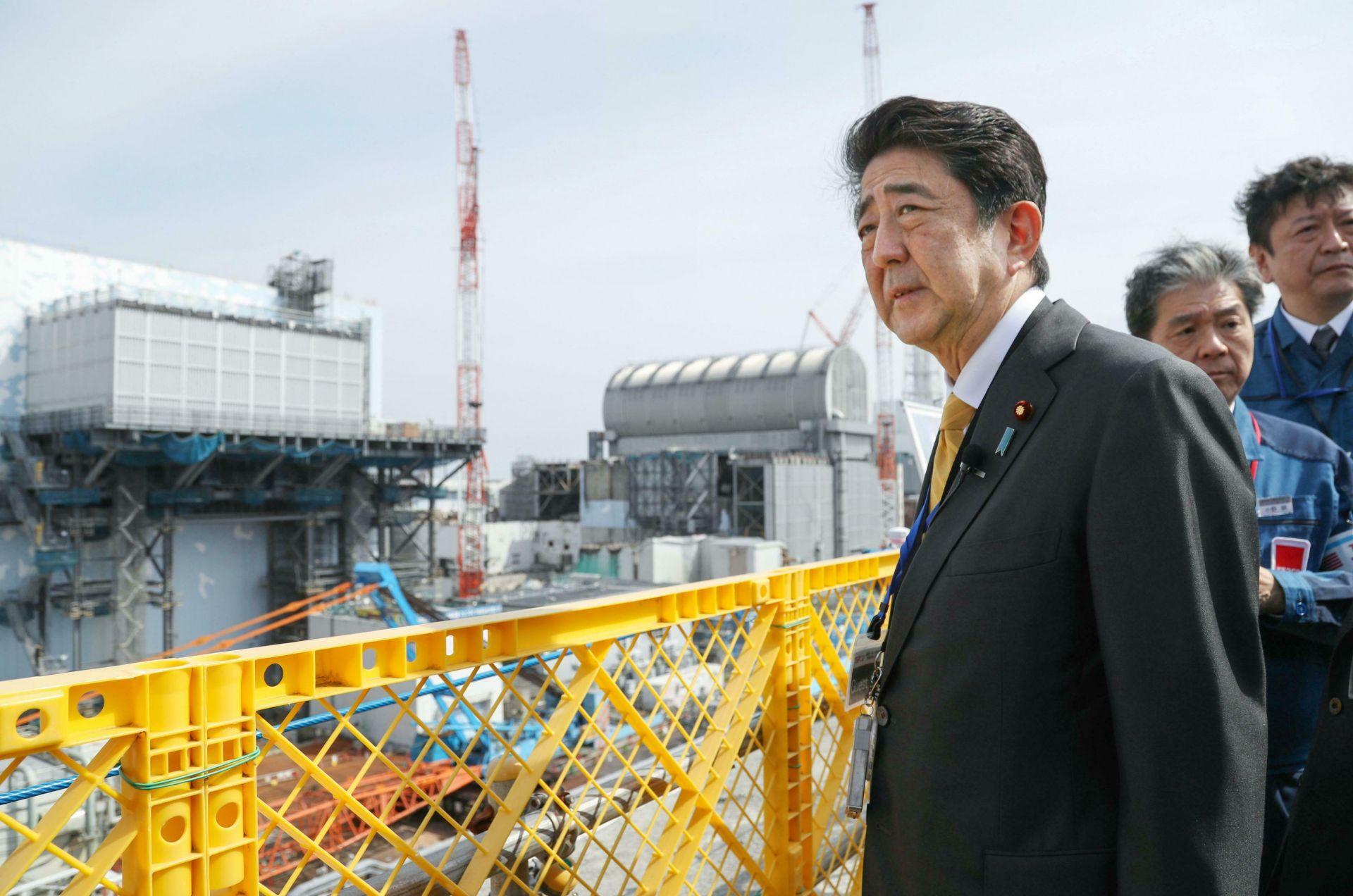 Японският премиер Шиндзо Абе посети атомната електроцентрала Фукушима