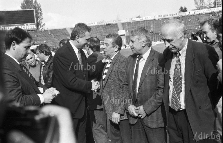 """Президентът на Левски Томас Лафчис награждава Костов наред с други заслужили фигури в """"синята"""" история през май 1994 г."""