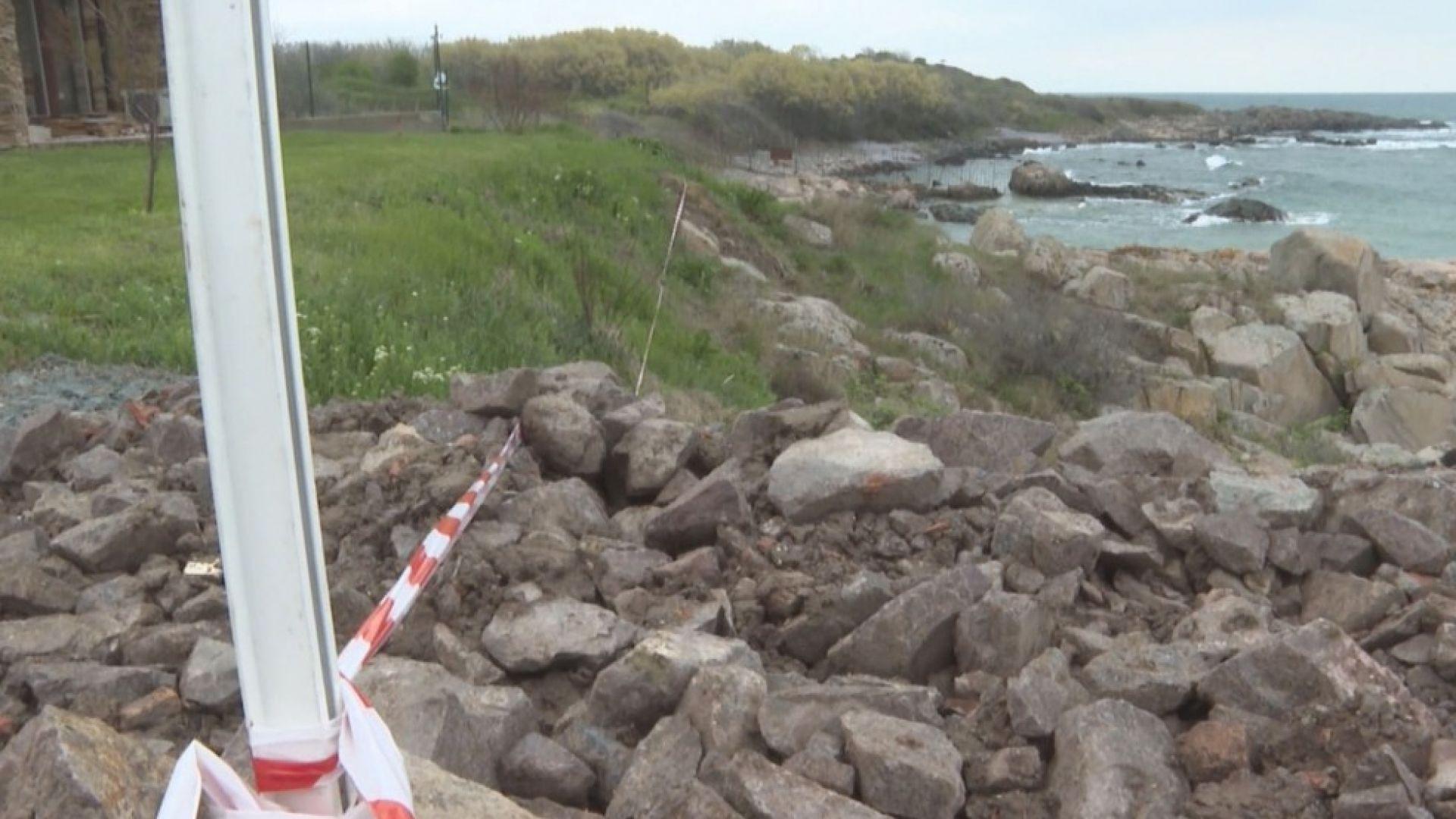 Изсипаха тонове пръст върху крайбрежните скали в Черноморец