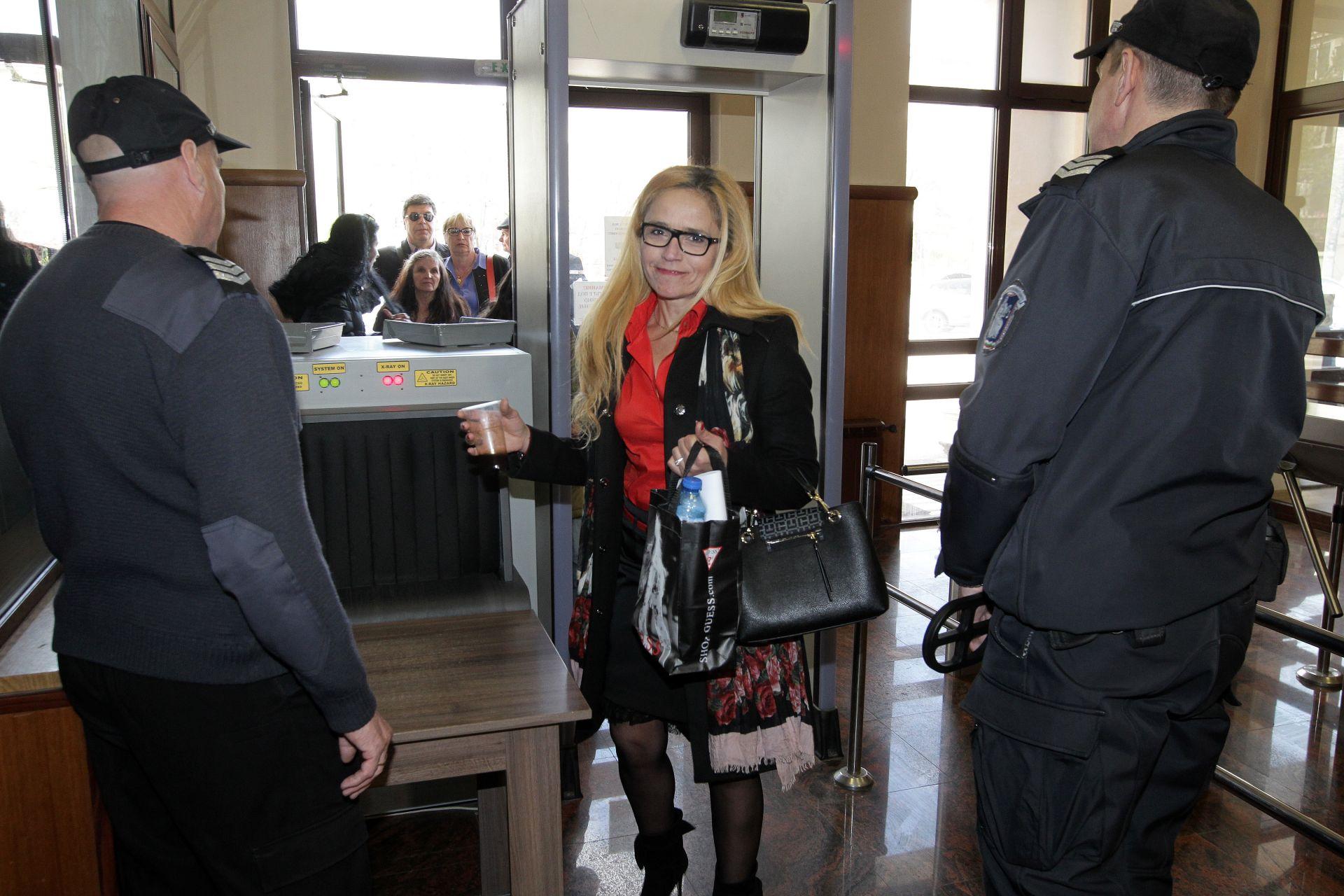 Десислава Иванчева дойде в съда с усмивка, но си тръгна с голяма присъда