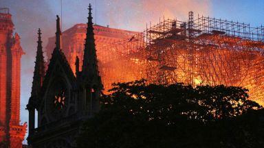 Пожарът унищожи почти целия покрив на Нотр Дам в Париж, шпицът на катедралата рухна