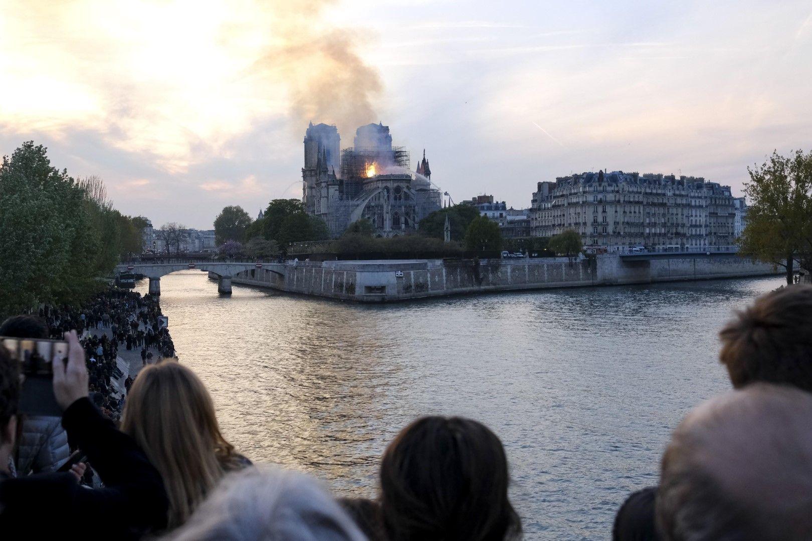 Гори един от символите на френската столица