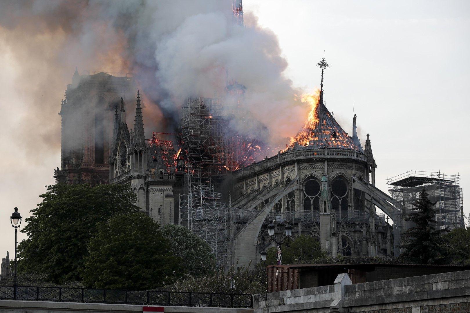 Ще възстановим катедралата, обеща Макрон