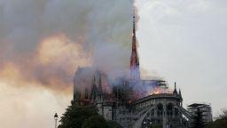 История в пепел: Пожарът в Нотр Дам шокира и ужаси света